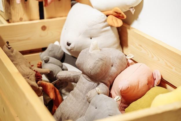 Мягкие милые игрушки в деревянной коробке