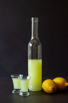 Итальянский ликер лимончелло. алкоголь. бар. национальная кухня. рецепт блюда.