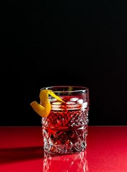 Коктейль негрони. горький, джин, вермут, лед.