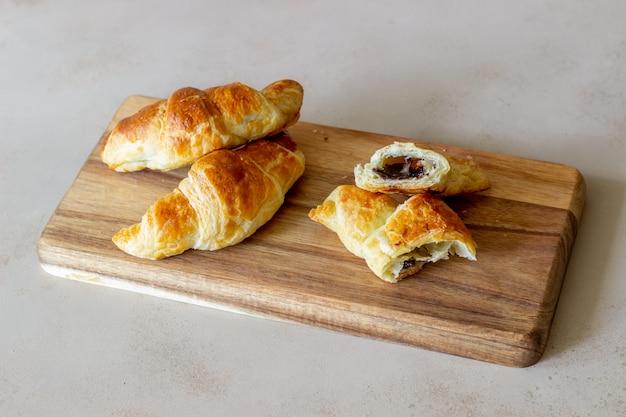 Французские круассаны с шоколадной начинкой. выпечка. национальная кухня. завтрак. вегетарианская еда.