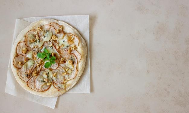 Пицца с грушей, сыром горгонзола, орехами, медом и мятой. здоровое питание. вегетарианская пища. рецепт блюда.