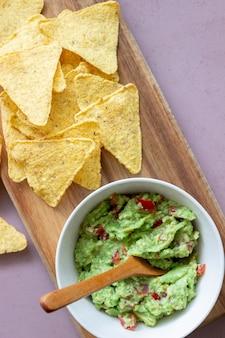 メキシコのディップソースワカモレとナチョスチップ。メキシコ料理。健康的な食事。ベジタリアンフード。