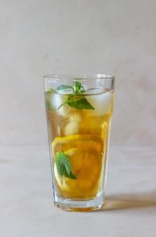 レモンとミントの冷たいお茶。夏の飲み物。健康的な食事。ベジタリアンフード。ダイエット。