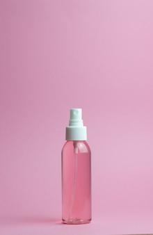 ピンクの化粧品。ミニマリズム。スキンケア。