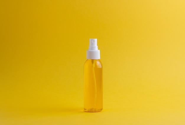 黄色の化粧品。ミニマリズム。スキンケア。