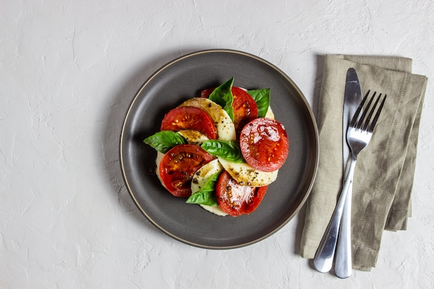 Итальянский салат с моцареллой и помидорами. белый. здоровая пища.