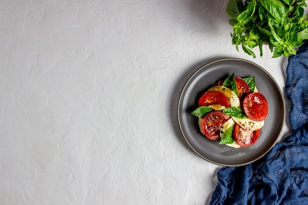 モッツァレラチーズとトマトのイタリア風カプレーゼサラダ。白。健康食品。