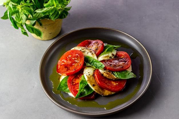モッツァレラチーズとトマトのイタリア風カプレーゼサラダ。コンクリート。健康食品。