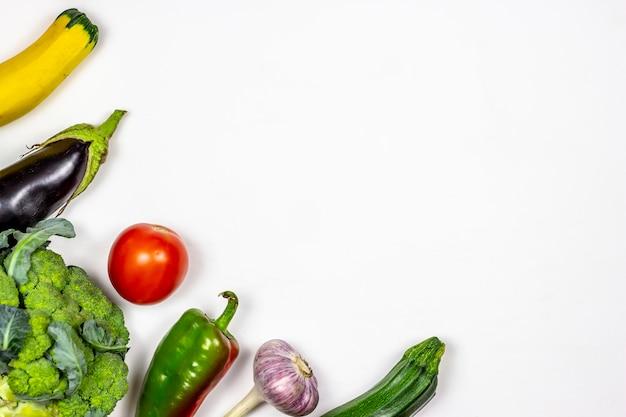 白い背景の上の新鮮な野菜。健康的な食事。