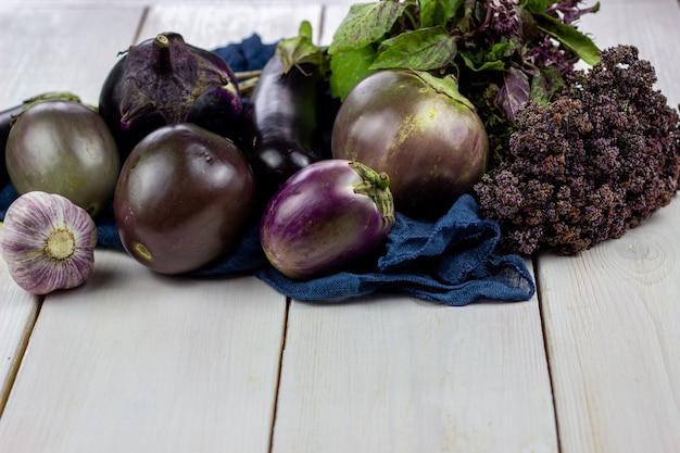木製の背景での新鮮野菜。健康的な食事。