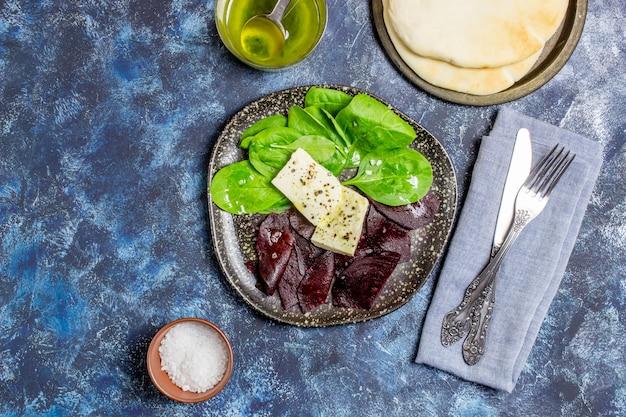 ビーツ、ほうれん草、チーズのサラダ