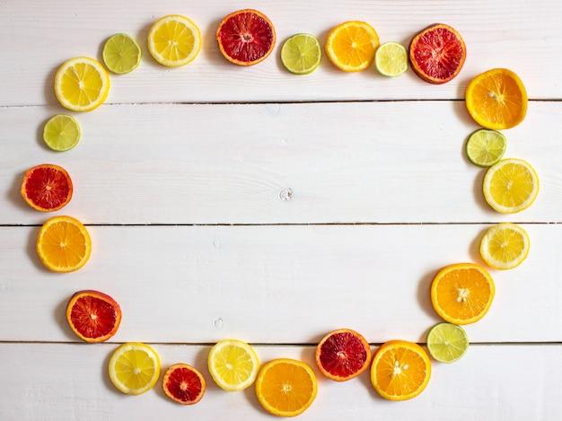 白い背景の上の柑橘系の果物