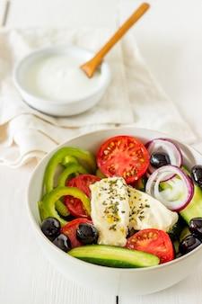 白い木のギリシャサラダ