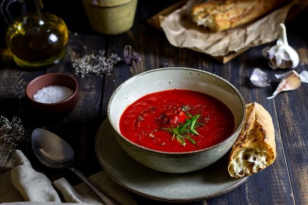 木製の背景にスペインのトマトスープガスパチョ