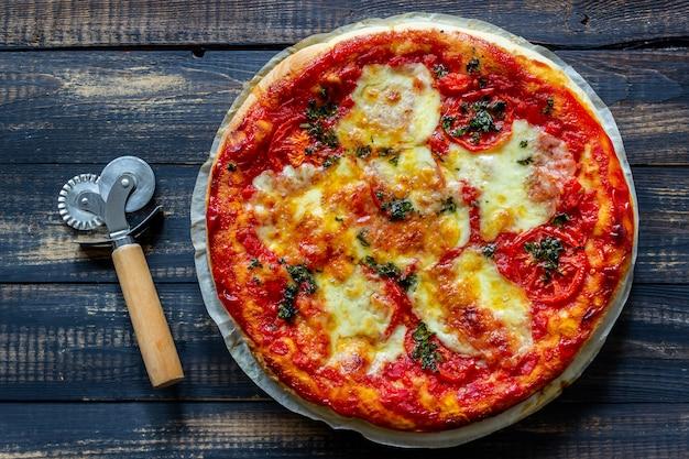 トマトとモッツァレラチーズのイタリアンピザ。イタリア料理。マルゲリータ。