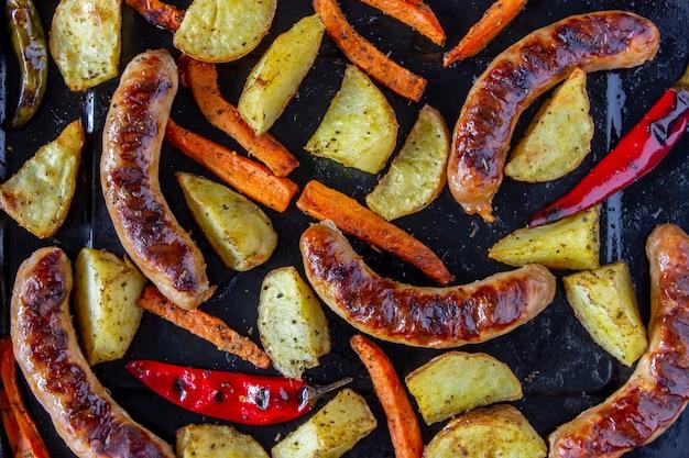 ポテト、ニンジン、唐辛子のグリルソーセージ。ドイツ料理。