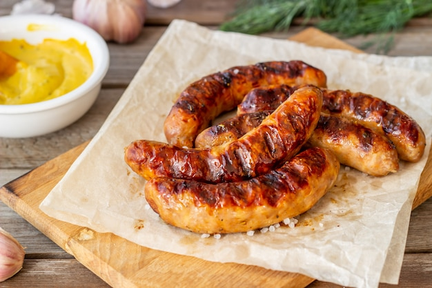 マスタード焼きソーセージ。ドイツ料理。レシピ。木製の背景。