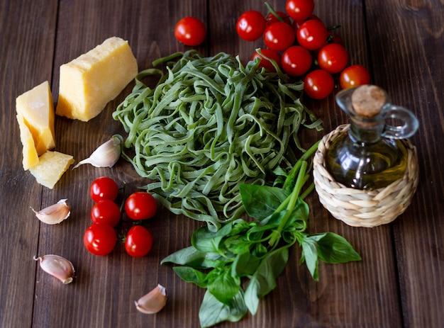イタリアのパスタのための原料。パルメザンチーズ、トマト、オリーブオイルを使用。