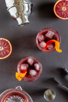 Коктейль негрони. горький, джин, вермут, лед. бар. рецепты. алкогольные напитки.