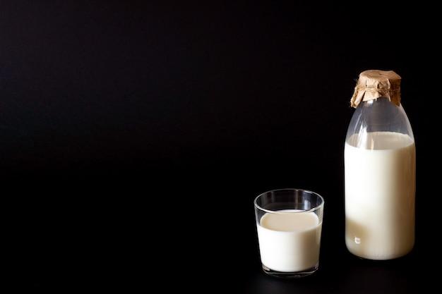 ボトルとミルクのガラス