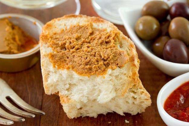 魚のパテとパン