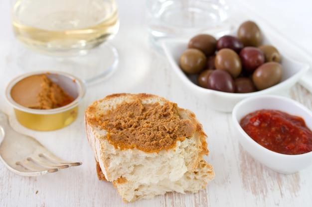 イワシのパテ、パン、ソース、オリーブ