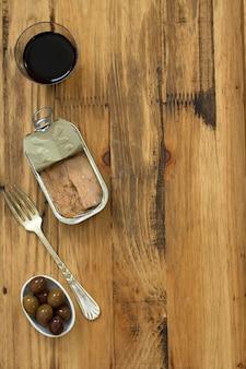 マグロのオリーブと赤ワイン