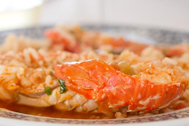セラミック皿にご飯とハーブを使ったシーフード