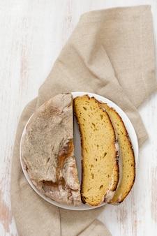 白い木製の表面にトウモロコシのパン