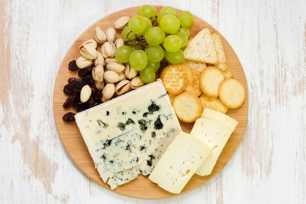 白い背景の上のチーズの盛り合わせ