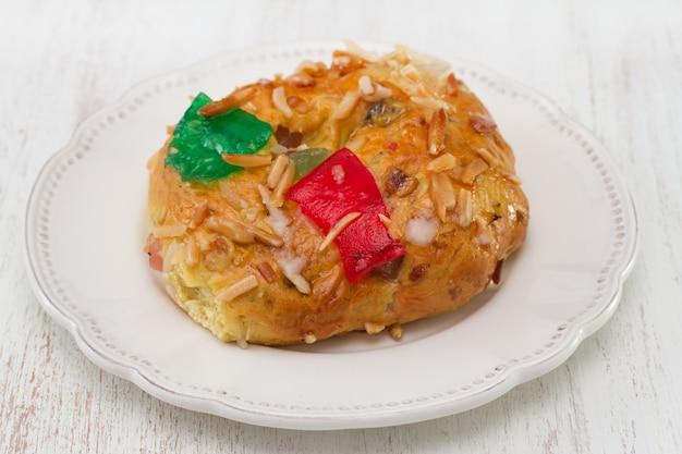 白い木製の表面にナッツとドライフルーツのケーキ