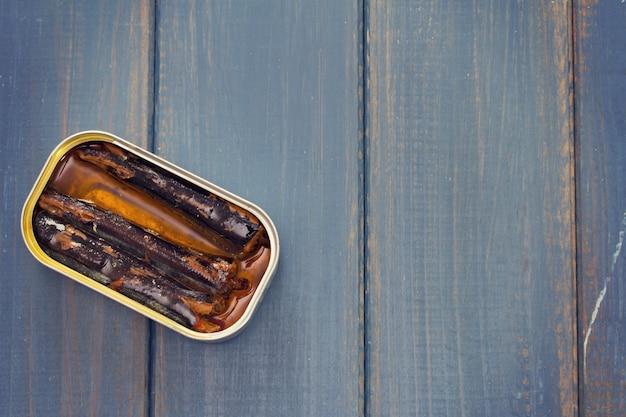 青い木の鉄の箱で魚します。