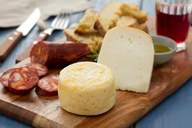 スモークソーセージ、パン、赤ワインとチーズ