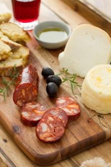 スモークソーセージ、チーズ、パン、赤ワイン