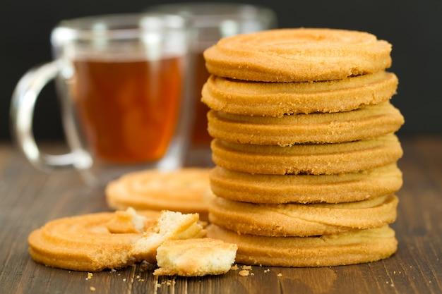 クッキーとカップに茶色の木製の背景
