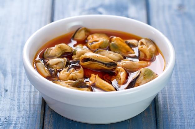 ムール貝の白い皿にソース添え