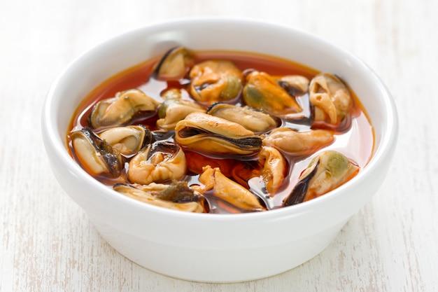 ムール貝の白い背景に白い皿に添え