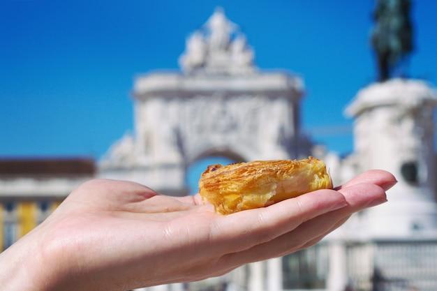 ポルトガルのデザートパステルデナタを手に