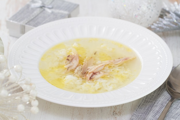 ご飯と白い木の白い皿に鶏肉のチキンスープ