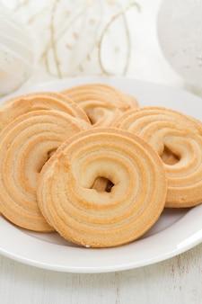 Печенье на белом блюде на белом дереве