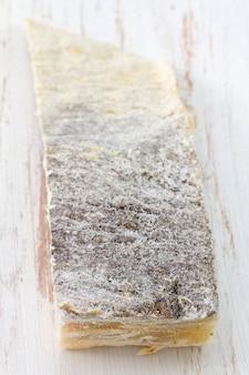 古い木の板に塩漬けのタラ