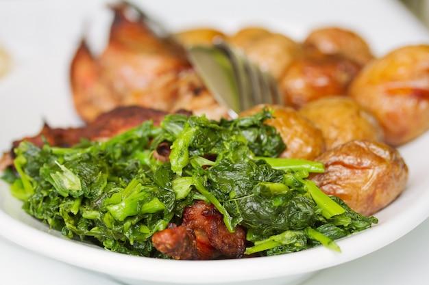 ジャガイモと緑の白いプレート上のトルコ