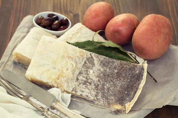 Соленая треска с оливками и картофелем