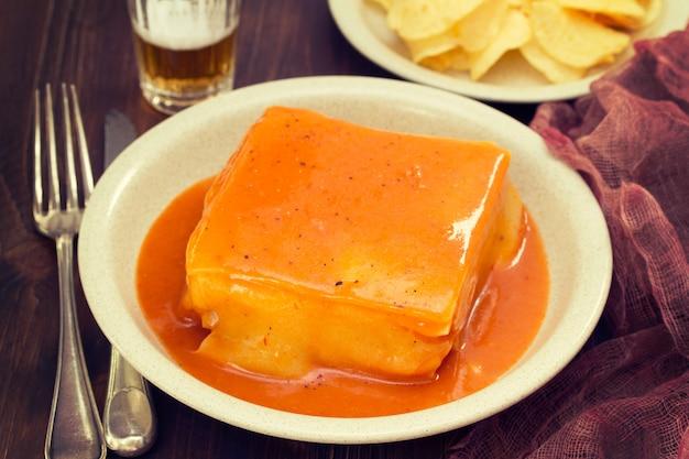 料理のフランチェーニャソースと伝統的なポルトガルサンドイッチ