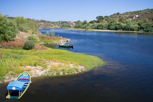 ヴィラノヴァダバルキーニャ、ポルトガルの川を見る