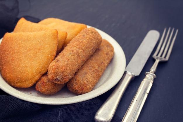 ポルトガルの肉前菜コロッケとリソワ