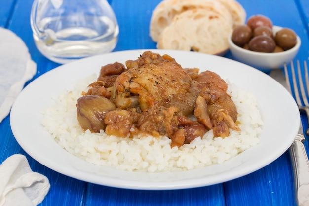 Курица с каштанами и отварным рисом на блюде