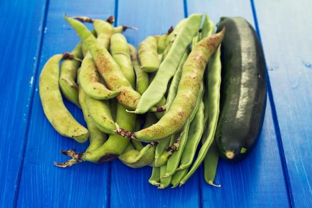 青い木製の表面に緑の新鮮な野菜
