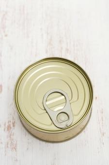 白い木製の表面に缶詰