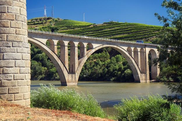 ポルトガルの都市ペソダレグアのドウロ川の橋